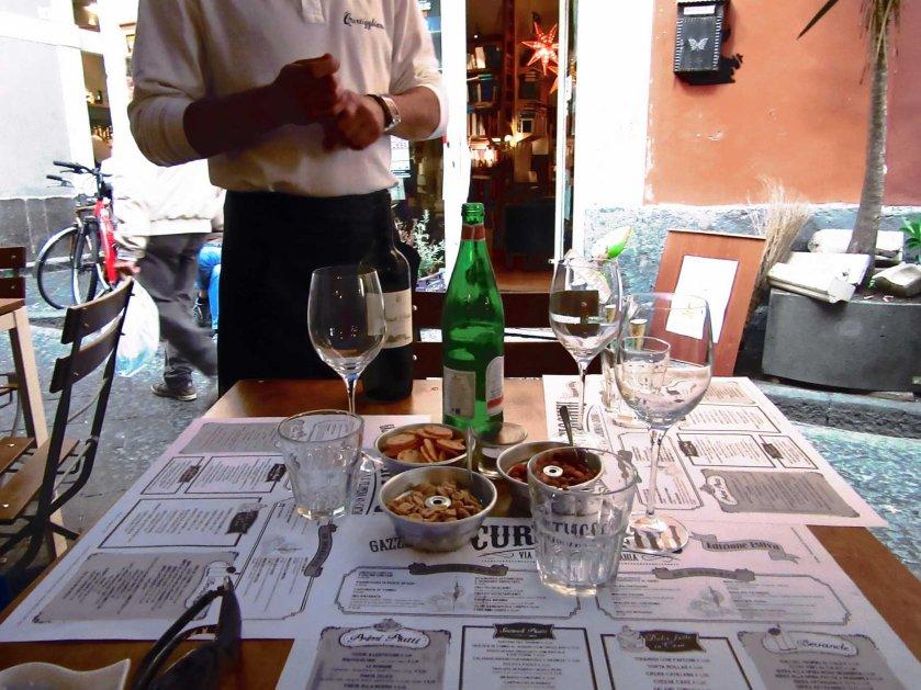 wijntje drinken op terras in Catania reisblog